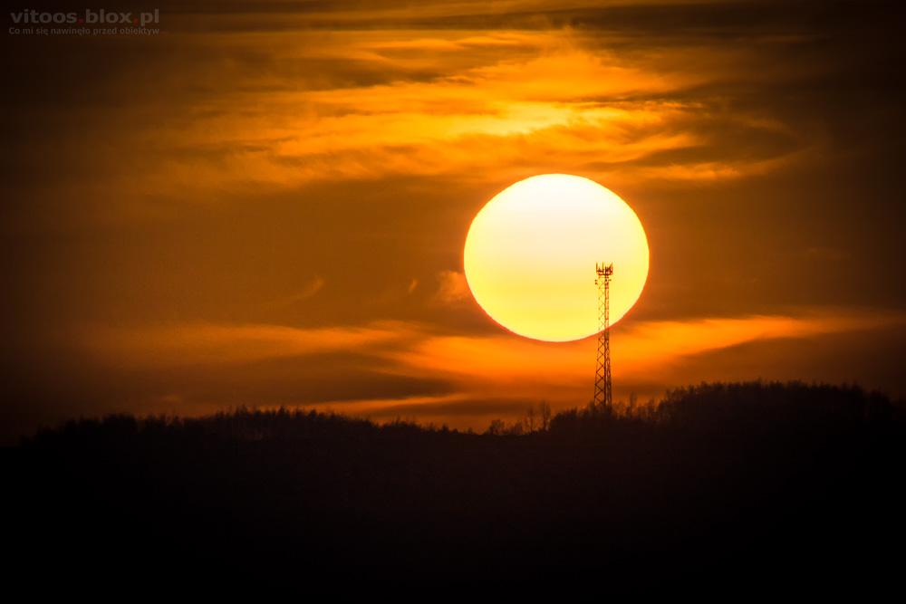 Fot. Witold Ochał, zachód słońca za nadajnikiem w Zagorzycach