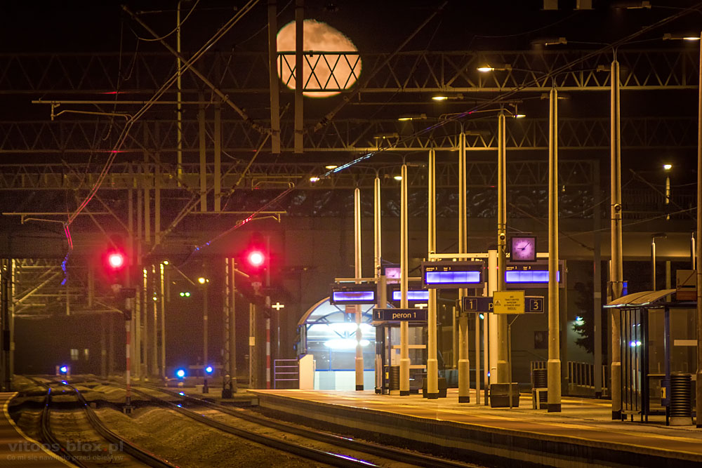Fot. Witold Ochał, wschód Księżyca na stacji PKP w Sędziszowie Małoplskim