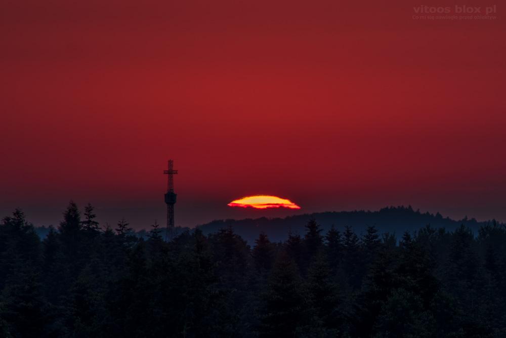 Fot. Witold Ochał, zachód słońca za Krzyżem III Tysiąclecia, Borki Chechelskie