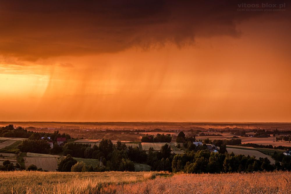 Fot. Witold Ochał, Zagorzyce, zachód słońca, smugi opadowe