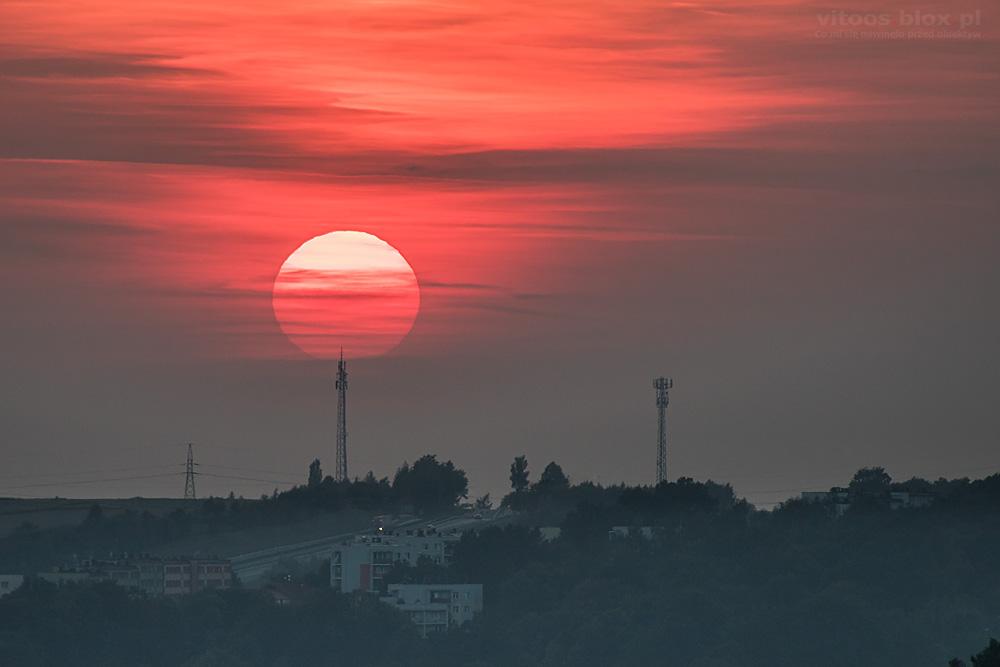 Fot. Witold Ochał, zachód słońca za nadajnikami w Ropczycach